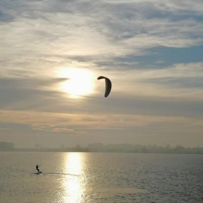 Kitesurfer bei Abendstimmung