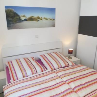 Schlafzimmer mit Schiebetürenschrank und LED TV...