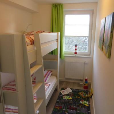 Kinderzimmer mit Etagenbett und Spielmöglichkeit